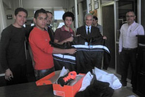 Abanderan y entrega ITESZ uniformes a estudiantes que participan en el Nacional Deportivo